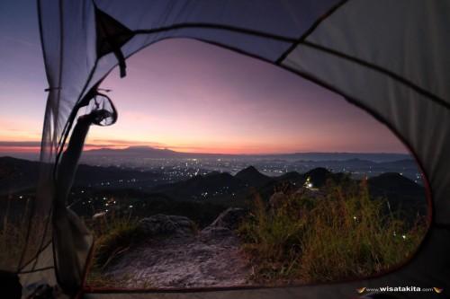 Pemandangan bukit Cumbri dari dalam tenda