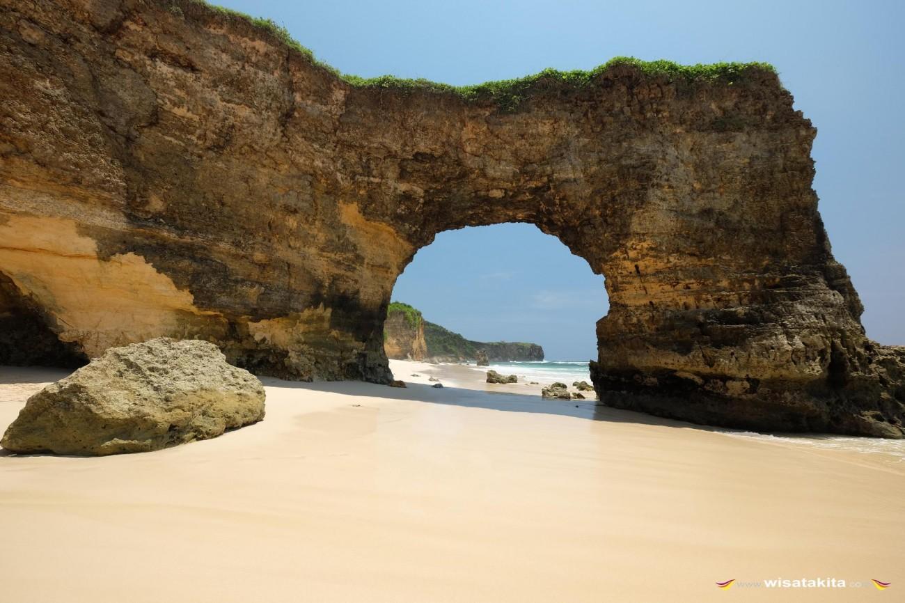 Karang Bolong Pantai Bawanna
